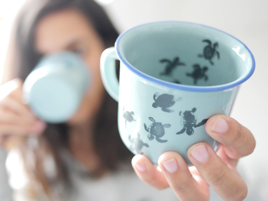 Tasse bébés tortues en céramique illustration marine